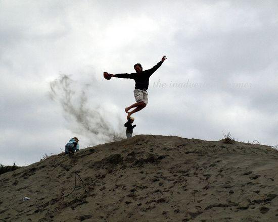 Man jump snad dune oergon coast
